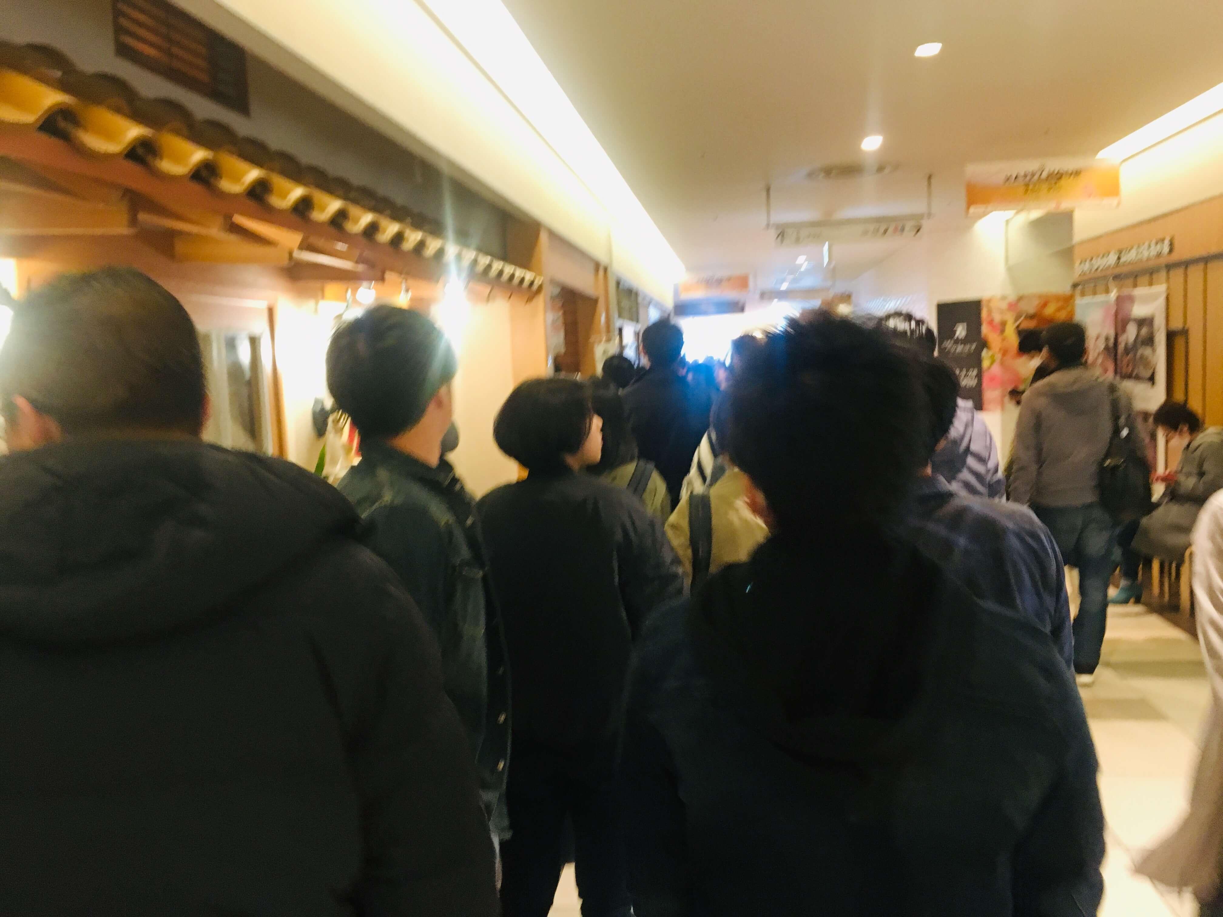 開店直後の、すでに発券した人たちの列